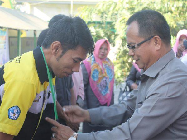 Pantau UAMBN MTs, Yudin Sematkan Kartu Tanda Pengenal Proktor dan Siswa